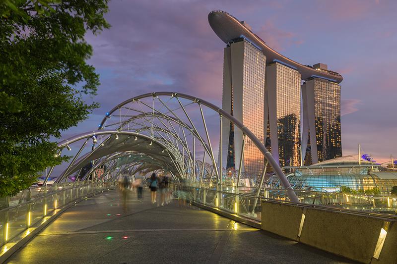 Helix-Brücke mit Marina Bay Sands Hotel