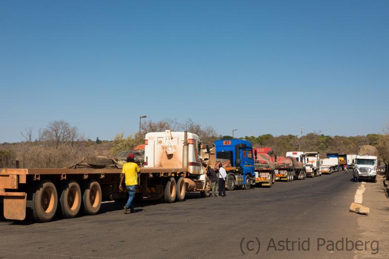 Wartende LKWs an der Grenze Sambia/Simbabwe