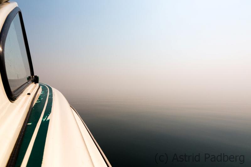 Unterwegs auf dem Karibasee bei Nebel