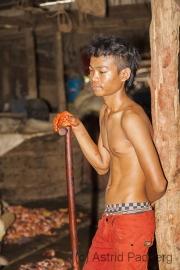 Junge in Fischfabrik