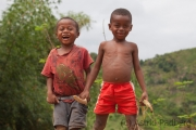 Kinder auf dem Weg zum Marojejy NP